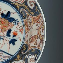 Nice large Imari porcelain charger, Japan, ca. 1700. Flowerpot, rim with carps